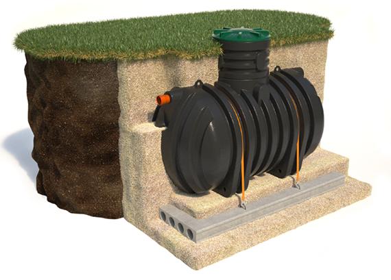 Изображение пластикового бака для сбора сточных вод, укрепленного на бетонной плите